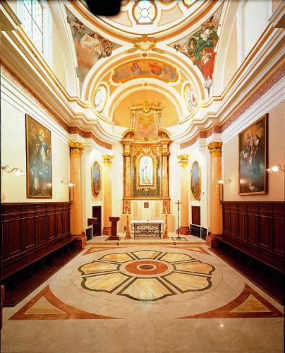 Pavimento a intarsioMateriali: giallo siena, verde guatemala, rosso alicante, bianco statuario, marmo carrara.