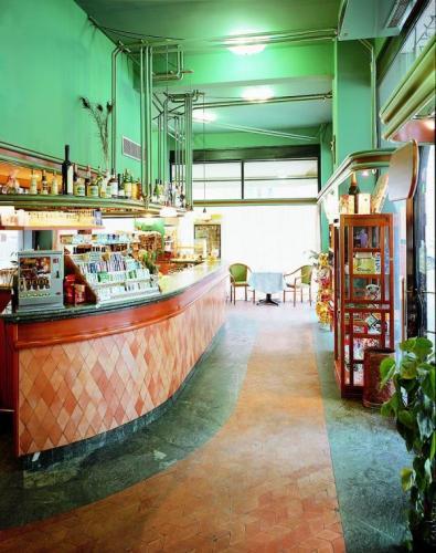 Bancone bar in verde guatemala sagomato in cm 3+3+3 e fascia pavimenti in verde guatemala da cm. 2.