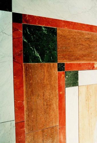 Tappeto in bianco carrara, rosso francia, travertino noce, verde guatemala, travertino paglierino.