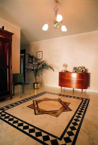 Pavimento in marmo gioia, nero marquinia, giallo siena, rosa portogallo, rosso lepanto.